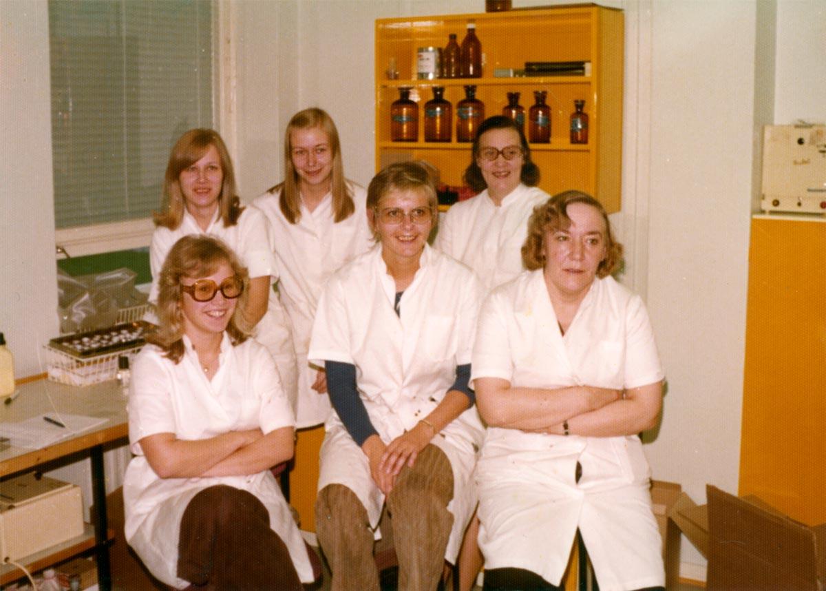 Laborantteja ryhmäkuvassa