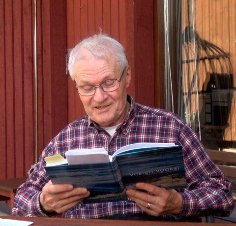 Hannu Nilsen lukee kirjaa